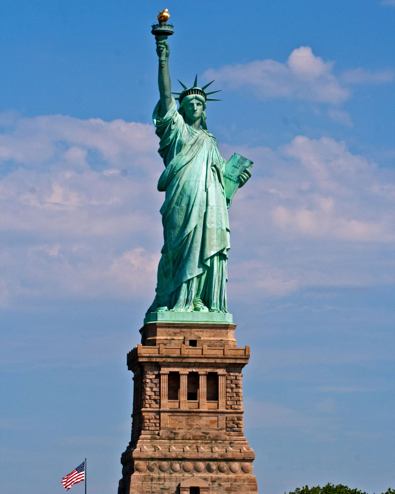 1280-589451788-statue-of-liberty-full-base
